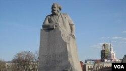 """莫斯科市中心的马克思像,刻着的口号是""""全世界无产者联合起来""""。中国以马克思主义作为官方意识形态"""