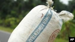 배급식량을 나르는 인도네시아인 (자료사진)