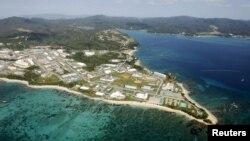 Foto dari udara pangkalan udara AS Camp Schwab, di luar desa kecil Henoko, wilayah Nago, pulau Okinawa, Jepang (29/10).