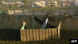 Xác của chiếc máy bay trực thăng tàng hình Mỹ sử dụng trong vụ đột kích hạ sát bin Laden ở Abbottabad, Pakistan (hình chụp ngày 2/5/2011)