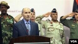 Ketua Dewan Transisi Nasional, Mustafa Abdul-Jalil (depan), menggelar jumpa pers saat pemberontak menguasai Benghazi, Libya (foto:dok).
