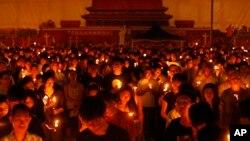 톈안먼 사태 25주년을 맞은 4일, 홍콩 빅토리아공원에서 대규모 촛불집회 등 추모행사가 열렸다. 주최 측은 15만 명이 참가할 것으로 예상했다.