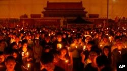 Hàng chục ngàn người tham dự lễ thắp nến cầu nguyện tại Công viên Victoria ở Hong Kong, ngày 4/6/2014.