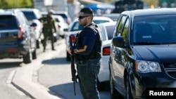 Nhân viên các cơ quan thực thi pháp luật và FBI tại hiện trường vụ nổ súng ở San Bernardino, California, ngày 2/12/2015.