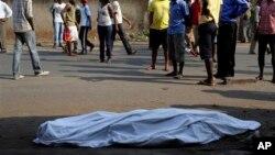 Un cadavre dans la rue à Bujumbura, le 21 juillet 2015. (AP Photo/Jerome Delay)