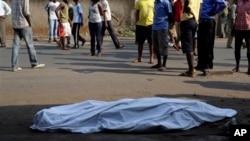 Le corp d'un home tue au lendemain de la declaration de la candidature du president Pierre Nkurunziza pour son troisieme mandate, Bujumbura, 21 juillet 2015.