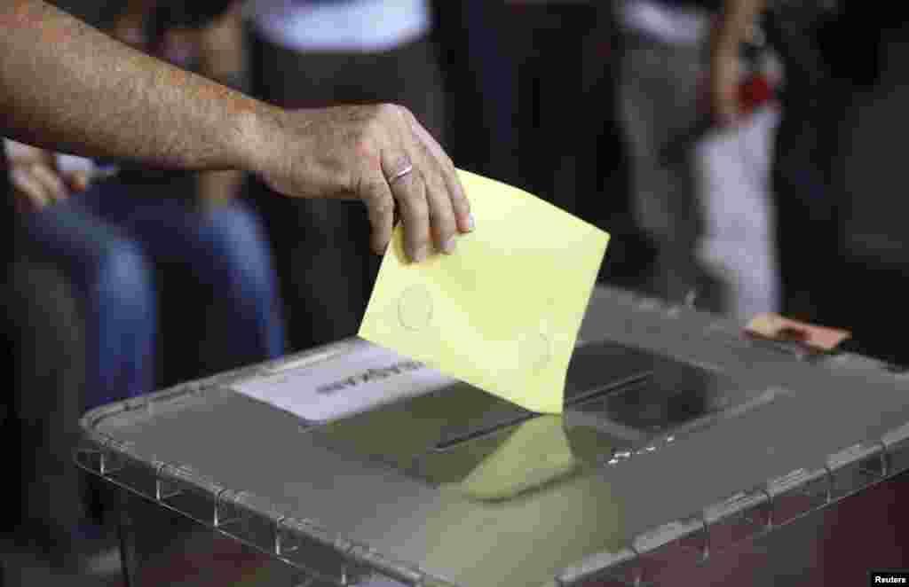 ووٹنگ کا عمل مقامی وقت کے مطابق صبح آٹھ بجے شروع ہوا اور شام پانچ بجے تک جاری رہا۔