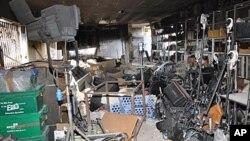 27일 폭탄 공격으로 피해를 입은 알 이크바리야 TV 방송국 건물 내부.