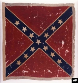 这张由邦联博物馆提供的图片显示在1863年7月的盖茨堡战役中被纽约北军部队缴获的维吉尼亚南军部队的邦联战旗。
