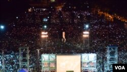 香港支聯會估計有12萬5千人參與維園六四27周年燭光悼念集會 (美國之音湯惠芸拍攝)