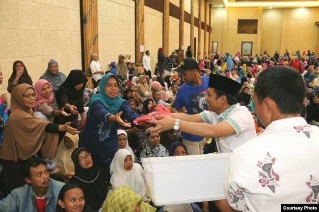 "Bupati Lumajang Thoriqul Haq (berkopiah hitam) dalam acara kampanye Pilkada (foto: courtesy). Thoriqul Haq telah meminta maaf atas pernyataannya yang disebutnya sebagai ""guyonan"""