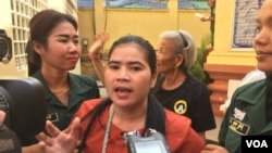 FILE: Tep Vanny, land rights activist, spoke to the media on Wednesday, January 18, 2017 about the judicial prosecution against nationalists after she was walked out by security guards from the courtroom. (Hul Reaksmey/VOA Khmer)