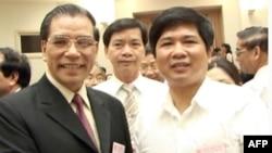 Tổng bí thư Nông Ðức Mạnh (trái) và Luật sư Cù Huy Hà Vũ
