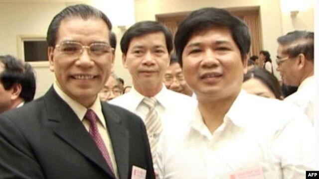 Tổng bí thư Nông Ðức Mạnh (trái) và Tiến sĩ Cù Huy Hà Vũ