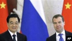 모스크바 정상회담에서 후진타오 중국 국가주석(좌)과 드미트리 메드베데프 러시아 대통령(우)