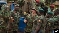 Des responsables de l'armée américaine parlent aux soldats des armées centrafricaines et ougandaises, le 29 avril 2012.