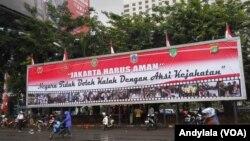 Papan reklame 'Jakarta Harus Aman' di pelataran markas Polda Metro Jaya, 3 Februari 2015 (Foto: VOA/Andylala).