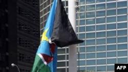 Cờ Nam Sudan được kéo lên sau khi Ðại hội đồng Liên hiệp quốc biểu quyết nhận tân quốc gia này là thành viên