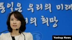 한국 통일부 박수진 부대변인이 27일 정례브리핑에서 대북 인도적 지원에 관해 설명하고 있다.