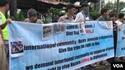 Pengungsi dari Afganistan di Medan melakukan unjuk rasa terkait pembantaian suku Hazara, Senin 19/11 (Foto: VOA/Anugrah).