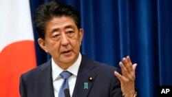 លោក Shinzo Abe នាយករដ្ឋមន្ត្រីជប៉ុន ថ្លែងនៅក្នុងសន្និសីទសារព័ត៌មានមួយដែលលោកបានប្រកាសអំពីគម្រោងលាលែងពីតំណែងរបស់លោកដោយសារបញ្ហាសុខភាព នៅវិមាននាយករដ្ឋមន្ត្រី ក្នុងទីក្រុងតូក្យូ ប្រទេសជប៉ុន ថ្ងៃទី២៨ ខែសីហា ឆ្នាំ២០២០។