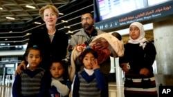 خانوادۀ العبود پیش از عزیمت به ایالات متحده در میدان هوایی شهر عمان اردن