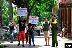 进行抗议示威的活动人士在河内高举支持仲裁的标语(2016年7月17日)。