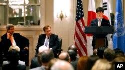 23일 뉴욕 월도프아스토리아 호텔에서 열린 북한 인권 행사에서 존 케리 미국 국무장관(왼쪽)과 로버트 킹 북한인권특사가 북한 정치범 수용소 출신 탈북자 신동혁 씨의 연설을 듣고 있다.