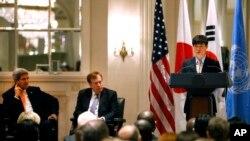 지난 9월 뉴욕 월도프아스토리아 호텔에서 열린 북한 인권 행사에서 존 케리 미국 국무장관(왼쪽)과 로버트 킹 북한인권특사가 북한 정치범 수용소 출신 탈북자 신동혁 씨의 연설을 듣고 있다.