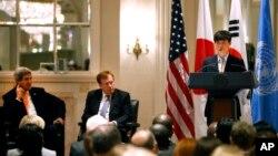 지난달 23일 뉴욕 월도프아스토리아 호텔에서 열린 북한 인권 행사에서 존 케리 미국 국무장관(왼쪽)과 로버트 킹 북한인권특사가 북한 정치범 수용소 출신 탈북자 신동혁 씨의 연설을 듣고 있다.