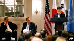 지난 9월 23일 뉴욕 월도프아스토리아 호텔에서 열린 북한 인권 행사에서 존 케리 미국 국무장관(왼쪽)과 로버트 킹 북한인권특사가 북한 정치범 수용소 출신 탈북자 신동혁 씨의 연설을 듣고 있다.