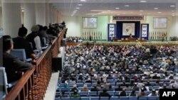 Các đại biểu tại hội nghị 'loya jirga' của Afghanistan lắng nghe phát biểu của TT Hamid Karzai, ngày 16 tháng 11, 2011