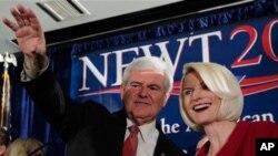 前美国众议员金里奇1月21日晚在南卡共和党初选获胜后与妻子一起向支持者挥手致意