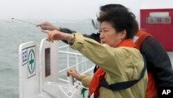 南韓總統朴槿惠4月17日在渡輪失事現場視察