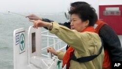 លោកស្រីប្រធានាធិបតី Park Geun-hye របស់កូរ៉េខាងត្បូងស្ថិតនៅលើនាវាកងឆ្មាំសមុទ្រកាលពីថ្ងៃទី១៧ខែមេសា ឆ្នាំ២០១៤ ដើម្បីពិនិត្យមើលចំណុចដែលនាវា Sewol បានលិច។