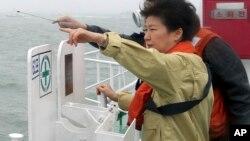 ေတာင္ကိုရီးယားသမၼတ Park Geun-hye - Sewol သေဘာၤနစ္ျမဳပ္ရာကို Jindo ကၽြန္း ကမ္းေျခေစာင့္သေဘၤေပၚမွ ၾကည့္႐ႈေနစဥ္။