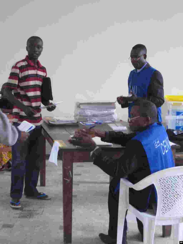 Scene de vote lors de l'election presidentielle congolaise du 28 Novembre 2011 Kinshasa Nicolas Pinault VOA