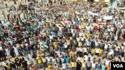 Demonstran anti pemerintah melakukan protes di kota Homs (foto: dok). Gerakan oposisi di Suriah mendapat semangat baru dengan tewasnya Gaddafi.
