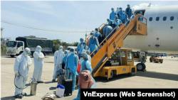 Chuyên gia y tế tại sân bay Đà Nẵng phun khủ khuẩn khách tới sân bay từ Hàn Quốc. Đoàn chuyên gia Bộ Quốc phòng Mỹ đang được cách ly y tế 14 ngày sau khi tới Đà Nẵng để tìm kiếm quân nhân mất tích trong chiến tranh Việt Nam.