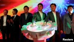 2015年10月17日京东首席执行官兼创始人刘强东和腾讯董事长兼首席执行官马化腾在北京参加这两个集团的战略合作发布会。