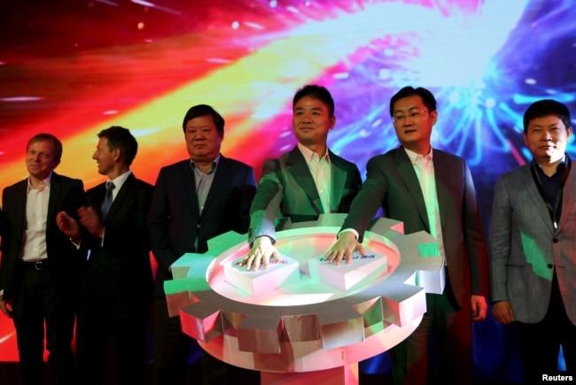 京東首席執行官兼創始人劉強東和騰訊董事長兼首席執行官馬化騰2015年10月17日在北京參加這兩個集團的戰略合作發布會。