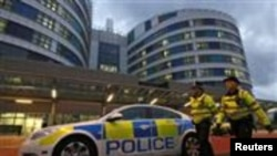 英国警察在优素福扎伊入住的伊丽莎白王后医院急症入口处巡逻