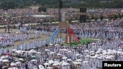 Les membres du clergé marchent lors de la messe donnée par le pape François sur le campus de la miséricorde lors des Journées Mondiales de la Jeunesse à Brzegi, près de Cracovie, Pologne, le 31 juillet 2016.