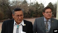纳瓦霍自治区主席本•谢利(左)与纳瓦霍议会代表洛伦佐•贝茨。(2014年2月19日)