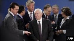 Министр обороны США Роберт Гейтс (в центре) в окружении своих европейских коллег. Брюссель 14 октября 2010г.