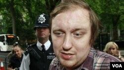 Jonathan May-Bowles, quien lanzó en el Parlamento un plato de espuma de afeitar a Murdoch, fue condenado a seis semanas de prisión.