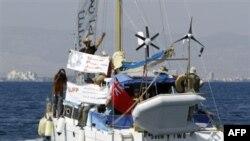 Катаман под британским флагом и с девятью еврейскими активистами покидает порт Фамагусту в турецкой части Кипра и направляется к побережью блокируемого Израилем сектора Газа.