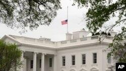 16일 미국 워싱턴 백악관에 보스턴 테러 희생자들을 기리기 위한 조기가 걸렸다.