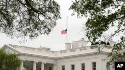 Bela kuća sa zastavom spuštenom na pola koplja zbog žrtava tragedije u Bostonu.