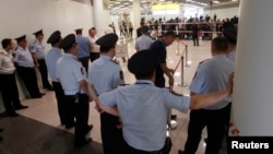 러시아 정부가 에드워드 스노든의 임시 체류를 허가한 가운데, 24일 모스크바 공항 보안 관계자들이 스노든이 머물고 있는 것으로 알려진 공항 내 환승구역 접근을 통제하고 있다.